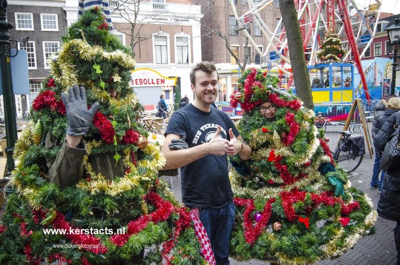 De wandelende kerstboom is kerstentertainment waar men heel vrolijk van wordt.. Jong en oud