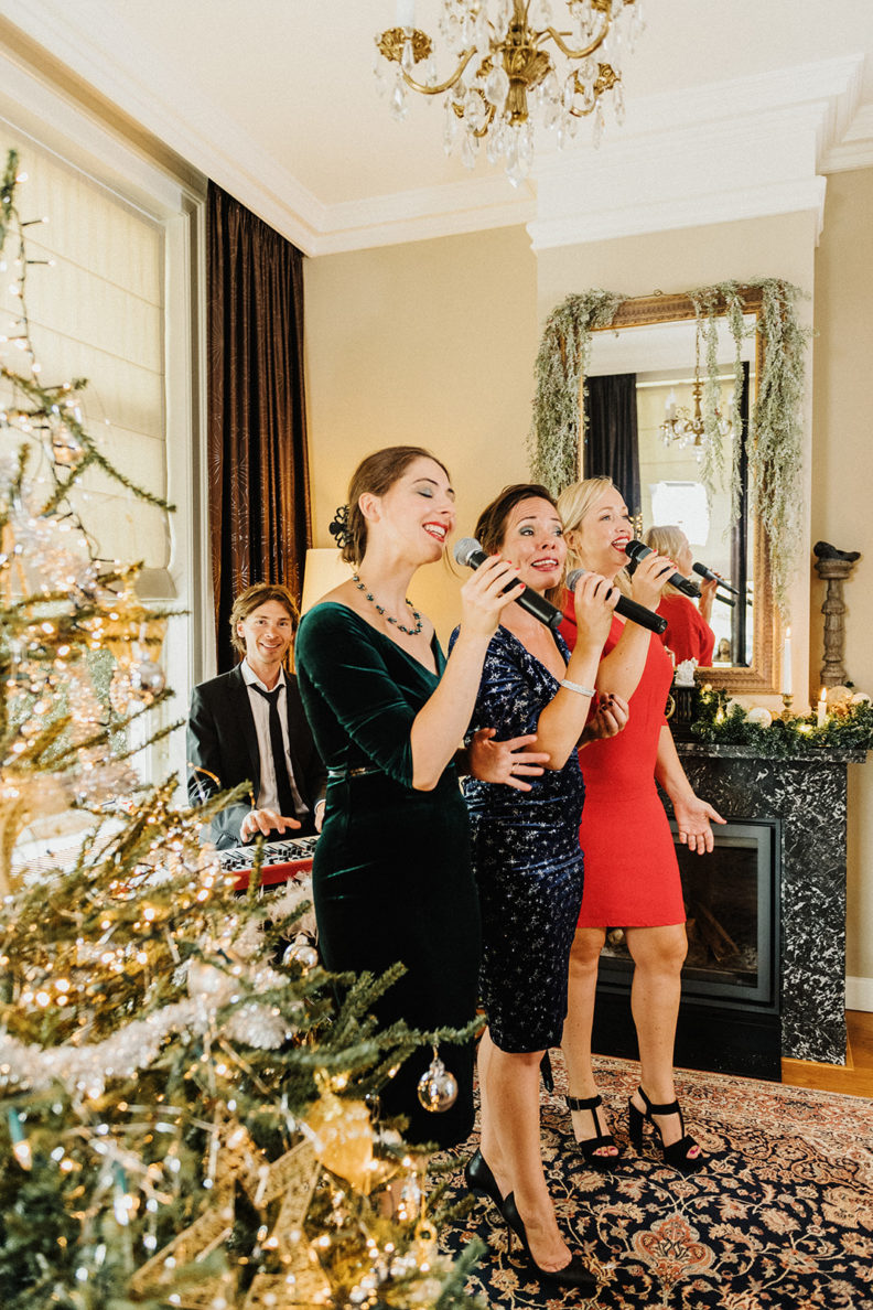Kerst artiest, kerstartiest, kerstmuzikanten, kerst muzikanten, kerstmuziek, kerst muziek, kerstshow, kerst show, kerstentertainment, kerst entertainment, kerst, kerst acts, kerst act, kerstacts, kerstact, kerst en winter muziek, kerst en winter artiesten, kerst en winter entertainment, kerstthema, thema kerst, kerstmuziek, kerstmuzikanten, bandje, kerstentertainment, kerstartiesten boeken, muzikanten boeken, kerstkoor, themafeest, winterentertainment, wintermuziek, muziektrio, muziekduo, kerstzanger, kerstact, kerst repertoire, kersttijd, akoestiche muziek, mobiele muziek, winterfeest, nieuwjaarsfeest, stijlvolle muziek, muzikaal entertainment, kerstmis, kerstdiner, kerstborrel, kerstviering, kerstmarkt, kerstman muziek, white Christmas, Govers Evenementen, Charles Dickens muziek, Dickenskoor, Dickenskoortje,Dickensmuziek, Dickensmuzikanten, Dickens muziek, Kerstacts.nl Dit Dickenskoor als trio (Marieke, Isabel en Maartje) is de perfecte omlijsting van uw kerstdiner of kerstborrel.