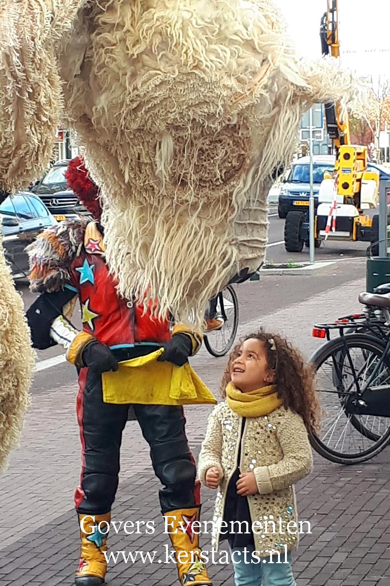 Doublee straattheater, Winteract, winter op stelten, de grote verschrikkelijk lieve ijsbeer, steltenact, kerstacts, kerstact, kerst en winterentertainment, winter artiesten boeken, Govers Evenementen, kerst op stelten, winterse artiesten