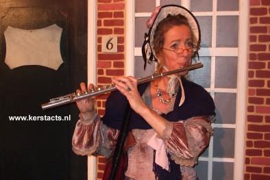 CHARLES DICKENS FLUITIST, kerstmuzikant. Haar akoestisch vertolkte dwarsfluitmuziek maakt haar optredens uitermate geschikt is als achtergrondmuziek