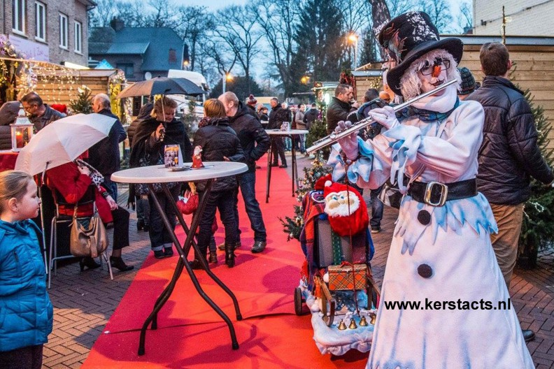 Doublee straattheater, Winter Entertainment, de sneeuwpop muzikant zorgt op de kerstmarkt voor een gezellige kerstsfeer