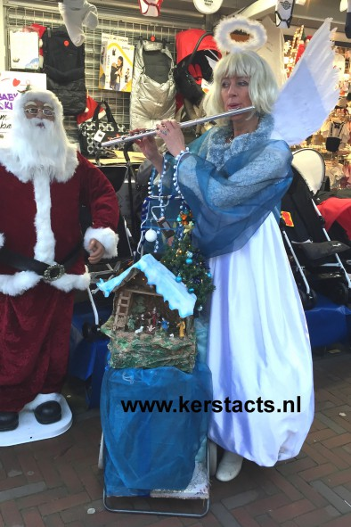 kerstmuziek, kerstmuzikanten, Witte Kerstengel = dwarsfluitiste, Verkleed als Witte Kerstengel weet de muzikante de juiste sfeer op uw kerstmarkt of winterbraderie te bewerkstelligen met haar gezellige kerstdeuntjes.