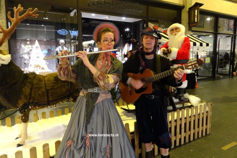 Deze Dickensfluitist en gitarist spelen mooie kerstliedjes en melodietjes. Het rustgevende karakter van haar akoestisch vertolkte dwarsfluitmuziek maakt haar optredens uitermate geschikt is als achtergrondmuziek tijdens kerstmarkten,