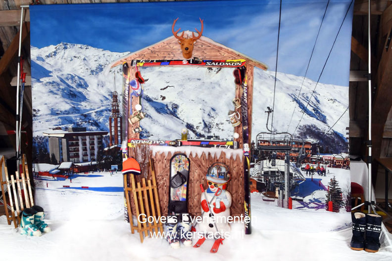 Kerstfotograaf - Funfotograaf maakt foto's in de sneeuw, photobooth met winters landschap, apres ski, in de slee, op de skipiste, komische afbeeldingeKerstfotografie, Kerstfoto's, winterfotografie, funfotografie, Arrenslee foto, op de foto, Kerstacts, Kerstact, Kerstparty, Kerstfeest op de foto, Wintersport fun fotografie, dickensfotograaf, Dickensfotografien erstfotografie, Kerstfoto's, winterfotografie, funfotografie, Arrenslee foto, op de foto, Kerstacts, Kerstact, Kerstparty, photobooth, Kerstfeest op de foto, Wintersport fun fotografie, dickensfotograaf, Dickensfotografie