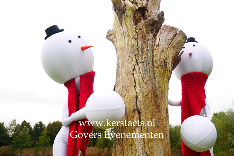Hooggeëerd publiek! sneeuwballen op stelten, sneeuwbal, steltentheater, steltenact, steltenlopers, Sneeuwballen, lopende sneeuwbal, Witte kerstacts Winteracts, Steltenlopers -Kerst steltentheater -Winter Entertainment - steltenact, Kerstact, Kerstacts, Kerstentertainment, Kerstfeest organiseren, Kerstmarkt, artiesten boeken, artiestenbureau, thema feest, artiesten voor kerst, Kerst- en winterentertainment, winter, wit, animatie acts, evenementenbureau, Govers Evenementen