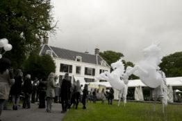 Witte Winterpaardjes, verlicht, steltenact, steltenlopers, steltentheater, stelten, Kerstacts.nl, Govers Evenementen, straattheater, bruiloft entertainment, themafeest paard, paarden, paardjes