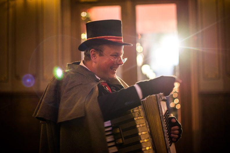 Dickens muzikant, accordeonist, Kerstmuziek, kerstmuzikant, zanger, accordeon, sfeervol kerstmuziek, Charles Dickens muzikanten, Kerst, Christmas muziek, themafeest, www.kerstacts.nl