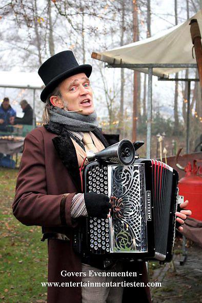 Dickens muzikanten Dickens Kerstmuziek accordeon en zang, www.kerstacts.nl
