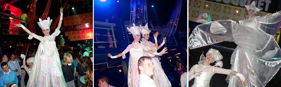 Steltenlopers -steltentheater -steltenact: Sierlijk zwaait Uma haar winterse vleugels over de hoofden van haar publiek