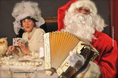 Witte kerstacts Winteracts, Waarzegster Madame Rozalien legt tarotkaarten www.kerstacts.nl