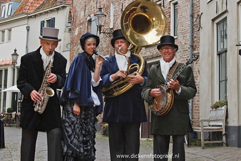 Dickensstijl looporkest met zangeres, voor de gezellige kerst hits en de juiste kerstsfeer op straat . Charles Dickens Entertainment, www.kerstacts.nl