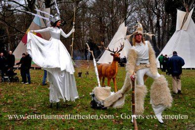 Steltenlopers steltentheater steltenact, Mystieke Stelten bos-act winterentertainment winter wit kerstacts