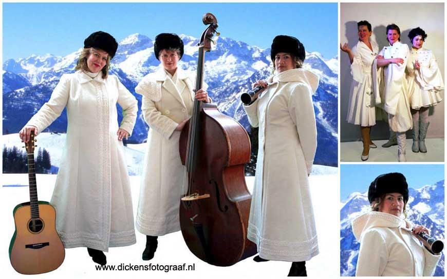 Winter Entertainment: Trio, De zangeressen/muzikanten hebben speciaal voor de kerstperiode sprookjesachtige witte outfits. Vol trots vertolken zij hun prachtige kerstliederen met hun instrumenten, kerstmuziek, kerstmuzikanten, kersttrio, muziektrio, www.kerstacts.nl