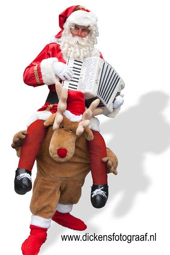 Kerst artiest, kerstartiest, kerstmuzikanten, kerst muzikanten, kerstmuziek, kerst muziek, kerstshow, kerst show, kerstentertainment, kerst entertainment, kerst, kerst acts, kerst act, kerstacts, kerstact, kerst en winter muziek, kerst en winter artiesten, kerst en winter entertainment, kerstthema, thema kerst, kerstmuziek, kerstmuzikanten, bandje, kerstentertainment, kerstartiesten boeken, muzikanten boeken, kerstkoor, themafeest, winterentertainment, wintermuziek, muziektrio, muziekduo, kerstzanger, kerstact, kerst repertoire, kersttijd, akoestiche muziek, mobiele muziek, winterfeest, nieuwjaarsfeest, stijlvolle muziek, muzikaal entertainment, kerstmis, kerstdiner, kerstborrel, kerstviering, kerstmarkt, kerstman muziek, white Christmas, Govers Evenementen, Santa & Rudolph , een Muzikale kerstman op de schouders van dit sterke rendier. - Kerstmuziek Kerstmuzikanten Kerstmarktmuziek, www.kerstacts.nl