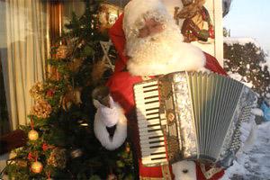 kerstmuziek, kerstmuzikanten, bandje, kerstentertainment, kerstartiesten boeken, muzikanten boeken, kerstkoor, themafeest, winterentertainment, wintermuziek, muziektrio, muziekduo, kerstzanger, kerstact, kerst repertoire, kersttijd, akoestiche muziek, mobiele muziek, winterfeest, nieuwjaarsfeest, stijlvolle muziek, muzikaal entertainment, kerstmis, kerstdiner, kerstborrel, kerstviering, kerstmarkt, kerstman muziek, white Christmas, Govers Evenementen, Zingende Kerstman- kerst muzikant Deze allround accordeonist-zanger heeft een breed repertoire aan kerstliedjes, categorie Zingende kerstman - kerstmuzikanten, www.kerstacts.nl
